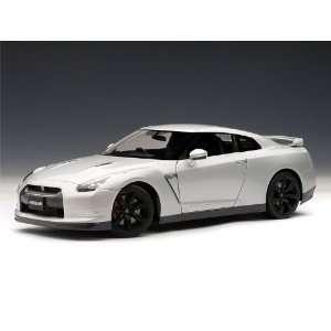 NISSAN GT R (R35) w/ Optional Matte Black Wheels 1/18 Ultimate Silver