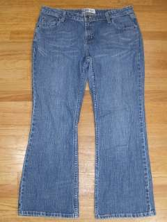 Womens Levis Signature Jeans Low Rise Boot Cut Size 16 Short (35x28